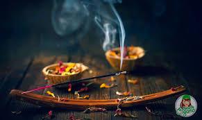 incenso exalando fumaça